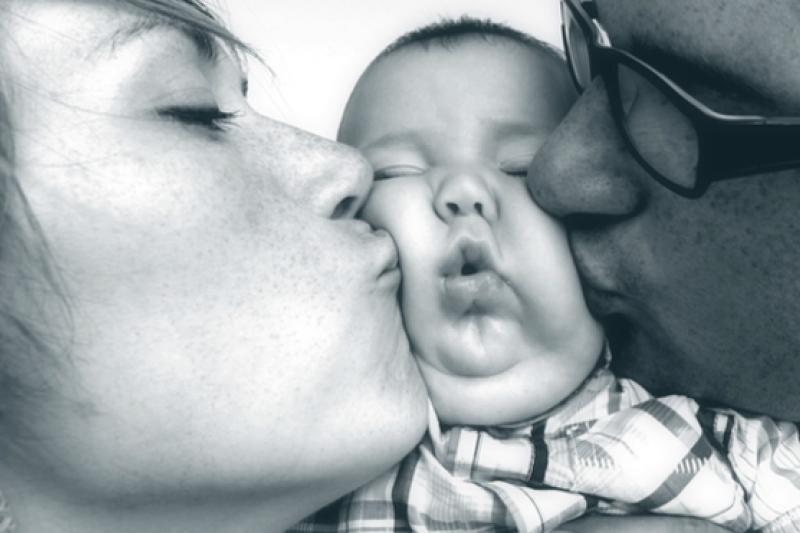 夾在父母中間的小寶寶。(圖取自BBC中文網)