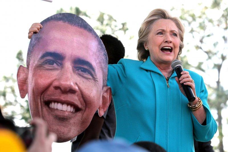 美國民主黨總統候選人希拉蕊.柯林頓(Hillary Clinton)請出歐巴馬的頭像助選(AP)