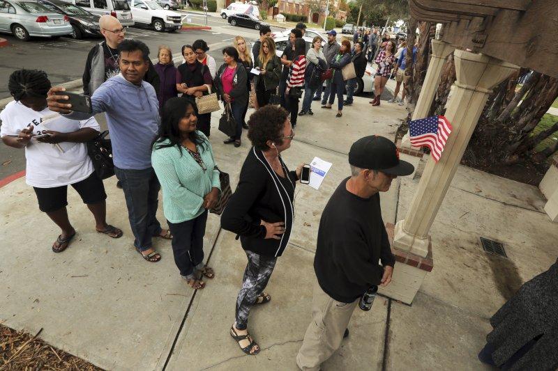 開放假日投票的投票所外民眾大排長龍。(美聯社)