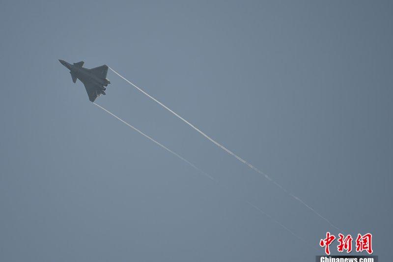第11屆中國航展(珠海航展)11月1日在廣東珠海國際航展中心開幕。中國國產匿蹤戰鬥機「殲-20」首次公開亮相。(中新網)