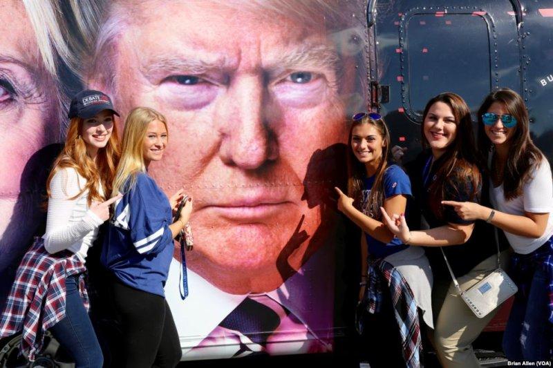 川普的支持者和他的競選廣告合照。(美國之音)