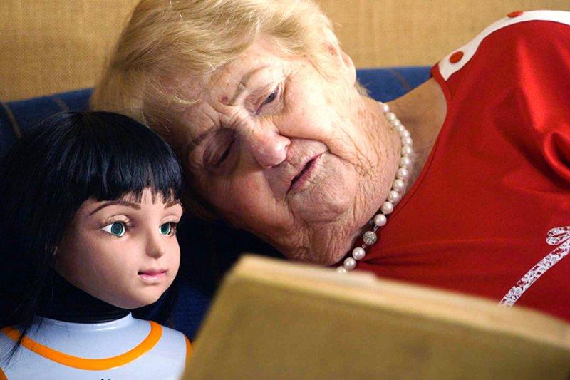 被發明來關心老人的「陪伴機器人」愛麗絲,是否真能替老人帶來快樂的晚年生活?(圖/2016 年 CNEX 主題紀錄片影展)