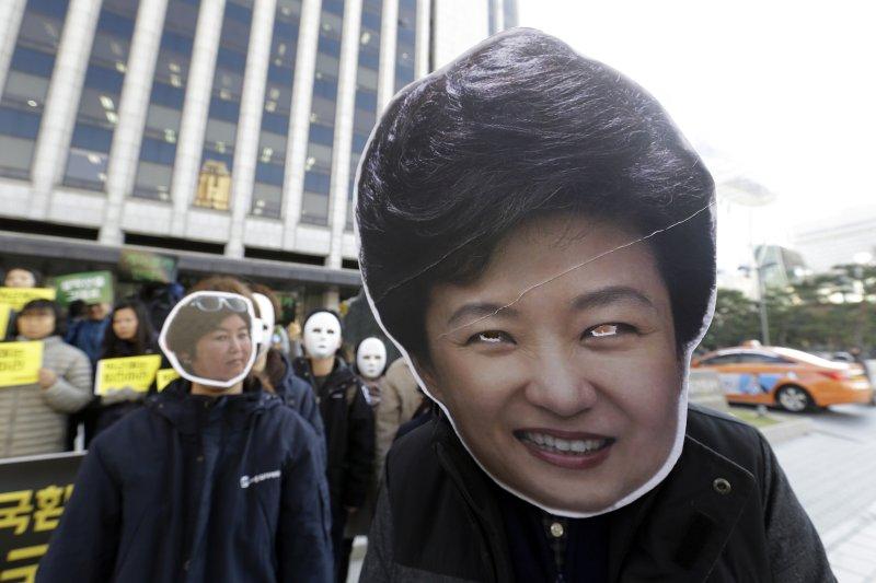 南韓總統朴槿惠爆發「親信門」醜聞,密友崔順實之女鄭尤拉受三星等財團大筆補助。(美聯社)