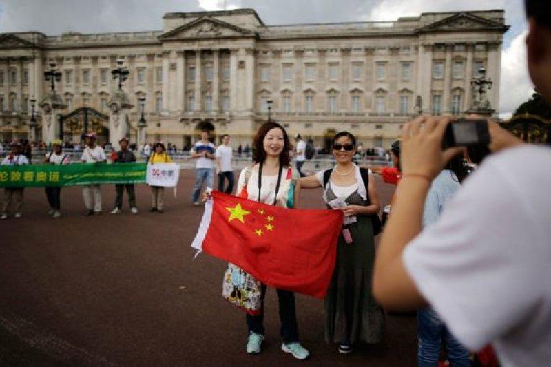 《經濟學人》智庫預測,未來15年中國高收入消費群體將成倍增加。圖為2012年白金漢宮門前的中國遊客。(BBC中文網)