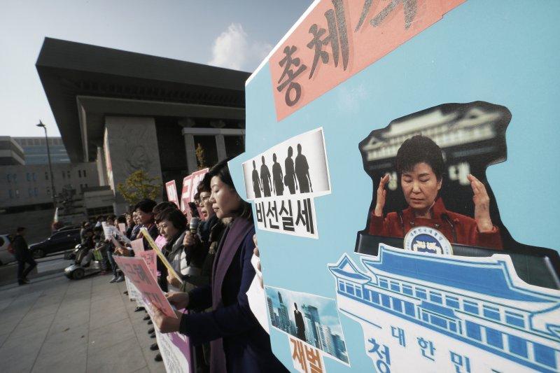 民眾抗議朴槿惠的「親信門」事件。(美聯社)