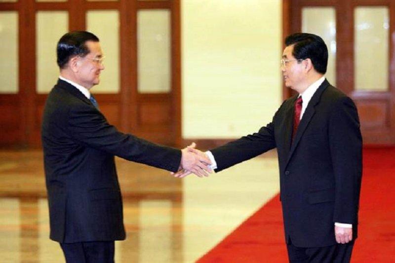 2005年4月國民黨主席連戰赴中國訪問,與中共總書記胡錦濤會面,發表公報,「九二共識」正式成為國共兩黨通關密語。(中新網)