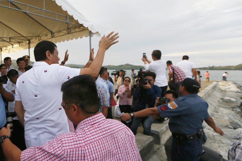 杜特蒂2日在北部史瓦爾港(Sual)為被菲國釋放的17名越南漁民餞行。(美聯社)