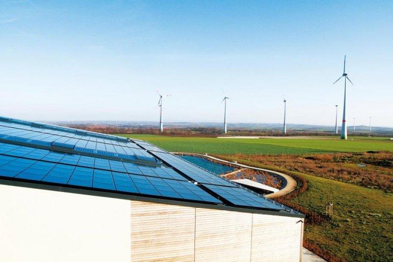 再生能源發展太陽能電板,風力發電。(圖/截取自台電網站)