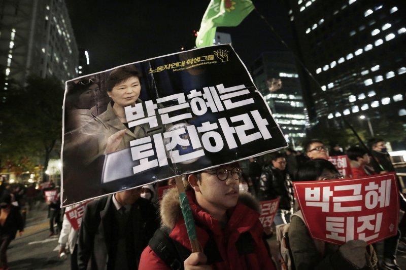 首爾街頭連日出現倒朴抗議民眾示威,標語上寫著「朴槿惠下台」。(美聯社)