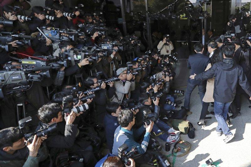 青瓦台前首席秘書官安鐘範2日抵達首爾中央地方檢察廳時,大批媒體已在現場等候。(美聯社)