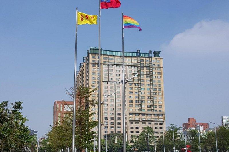 台中市從省轄市時期就有的黃底紅字市旗,遭網友評為「最醜市旗」。(圖/擷取自PTT)