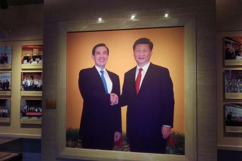 台灣會館有1張巨幅的馬習會照片。(國民黨提供)
