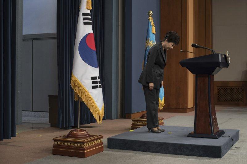 朴槿惠再次為近來的「親信門」爭議道歉,並承諾會配合檢方調查。(美聯社)