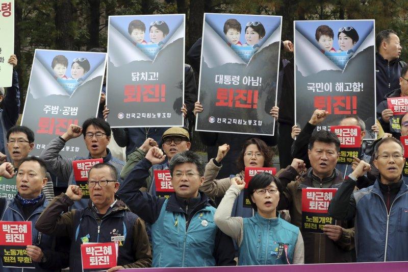 南韓工運團體要求朴槿惠下台。(美聯社)