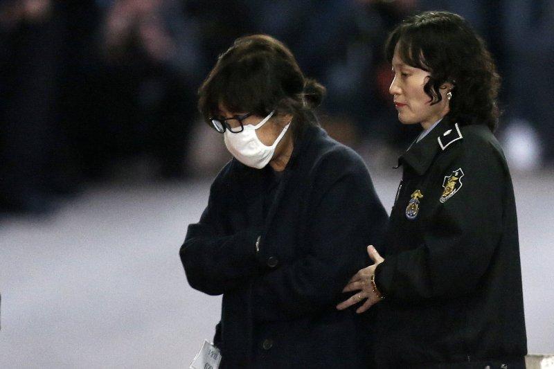 南韓總統朴槿惠「閨蜜」親信崔順實(左)涉嫌非法干政、貪汙腐敗、玩弄特權。(AP)