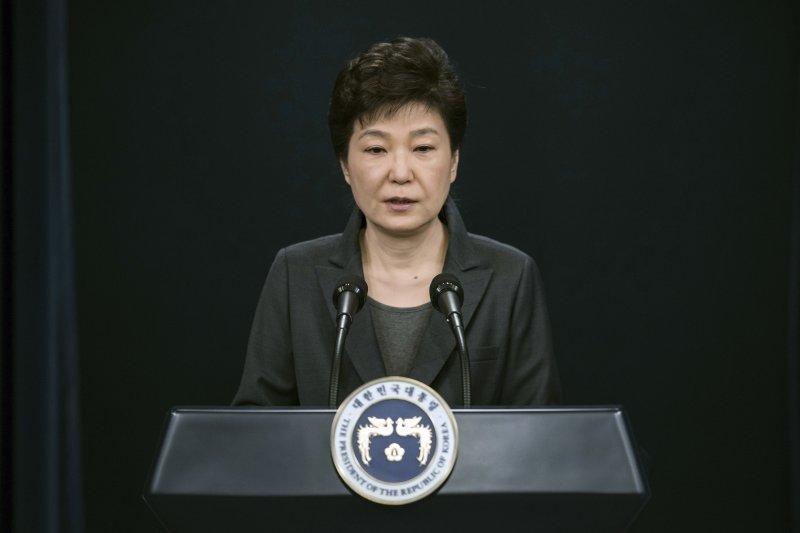 南韓總統朴槿惠深陷「閨蜜」親信崔順實醜聞風暴,日前在青瓦台對國民道歉,並表明願意接受檢察機關調查。(AP)