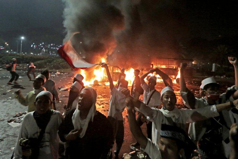 印尼穆斯林抗議雅加達省長鍾萬學褻瀆伊斯蘭教,憤怒民眾焚燒警車抗議(AP)