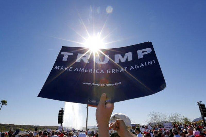 川普的支持著舉著川普團隊的競選標語:「讓美國再度偉大」(Make America Great Agin)。(AP)