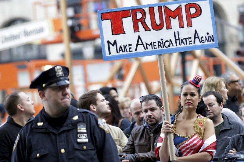 川普反對者舉著寫有:「川普,讓美國再度顧人怨」(Make Ameraica Hate Again)的牌子。(AP)