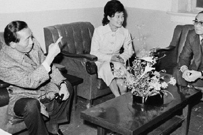 南韓總統朴槿惠與父親朴正煕(左)昔日「精神導師」崔太敏(右)合影(Public Domain)