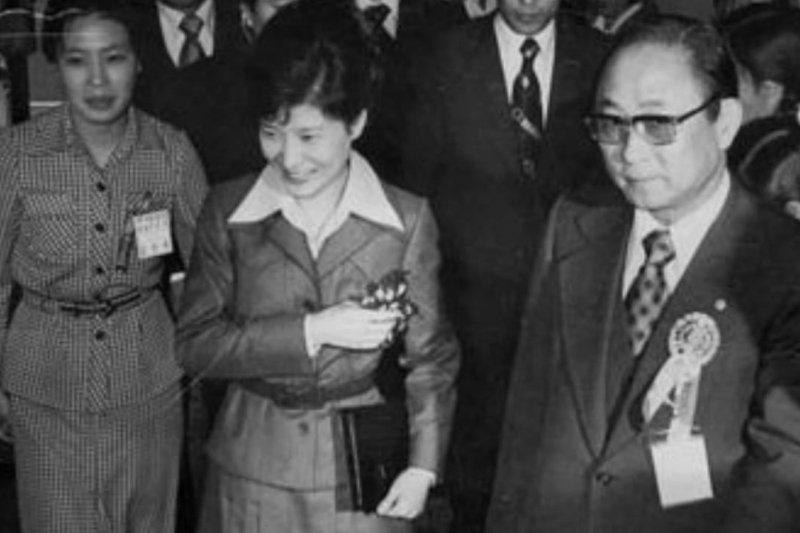 南韓總統朴槿惠與昔日「精神導師」崔太敏(右)合影(Public Domain)