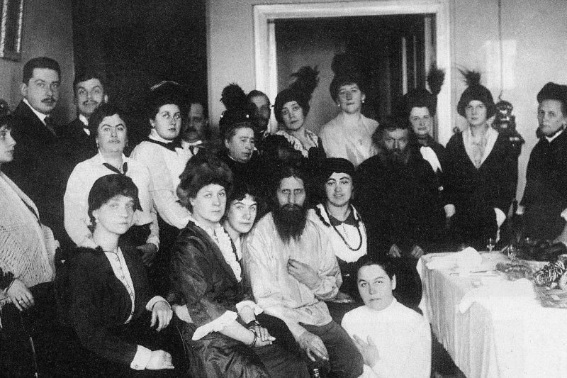拉斯普京(前排中)1914年與其仰慕者共度生日。(Karl Bulla@Wikipedia/Public Domain)