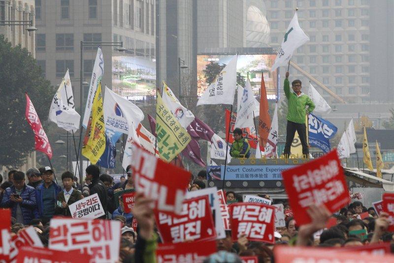 南韓總統朴槿惠深陷「親信門」風暴,數萬南韓民眾走上首爾街頭要求她下台。(美聯社)
