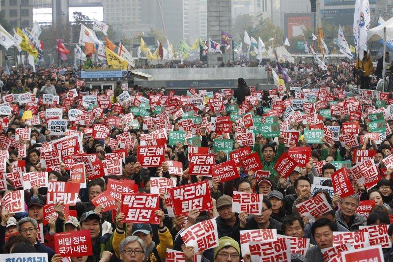 南韓民眾11月5日再度走上街頭,要求朴槿惠立刻下台。(美聯社)