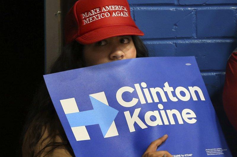 亞利桑那州1名高中生手持民主黨總統候選人希拉蕊的標語(美聯社)