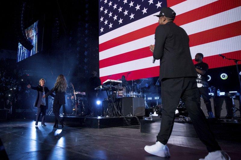 美國流行樂壇天后碧昂絲與饒舌歌手老公Jay-Z挺希拉蕊,3人歡喜同台(AP)