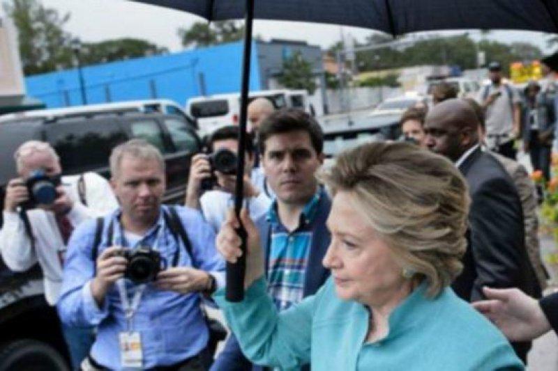 希拉蕊稱讚站在雨中聽她演講的支持者「夠意思」。(BBC中文網)
