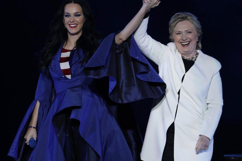 美國流行歌后凱蒂佩芮為希拉蕊舉辦募款演唱會。(美聯社)
