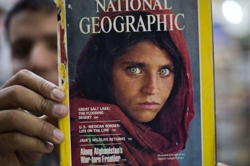 1985年6月號《國家地理雜誌》,封面女孩懾人的綠色雙眸、以及驚恐的表情,映出無數阿富汗難民歷經流離的滄桑。(美聯社)