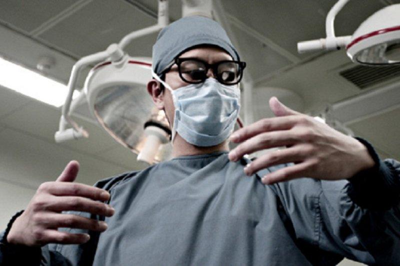 大家已經普遍認定,醫生盡職於救人與治病是天經地義,卻不熟悉醫師必須發表論文的壓力。