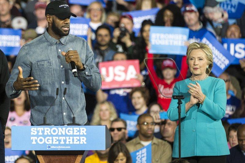 美國NBA球星「詹皇」詹姆斯為民主黨總統候選人希拉蕊站台(美聯社)