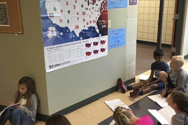 俄亥俄州4年級的小朋友正在利用選舉人團地圖試算,要如何才能獲得270張選舉人票成為美國總統。(美聯社)