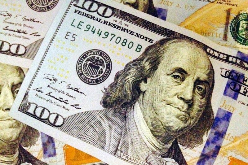 如今每年該流往勞工的兩兆美元,都被富人搶走挪為他用,公司從砍員工薪水開始,把這筆錢留給自己。(示意圖,美聯社)