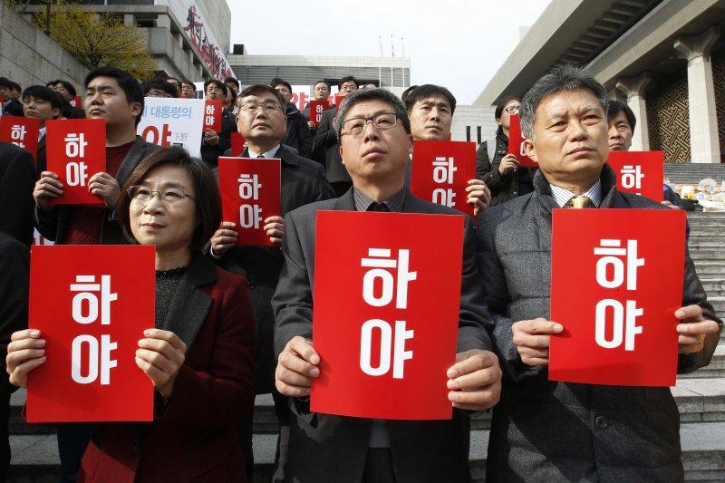 南韓總統朴槿惠深陷「閨蜜」崔順實干政、貪瀆的「親信門」醜聞風暴,各地都有民眾集會抗議要求她「下台」(AP)