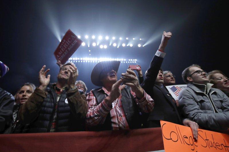 支持者們在川普的造勢場合為他歡呼鼓掌。(美聯社)