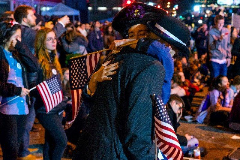2016美國總統大選出爐,希拉蕊支持者相擁痛哭。(美聯社)