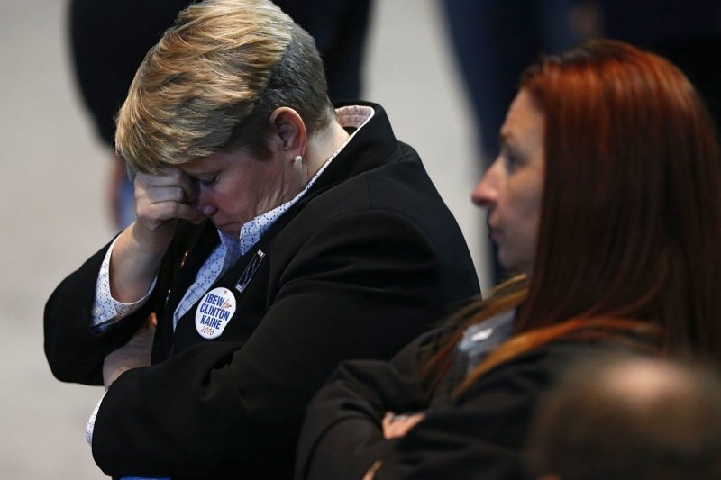 2016美國總統大選結果出爐,希拉蕊支持者沮喪不已。(美聯社)