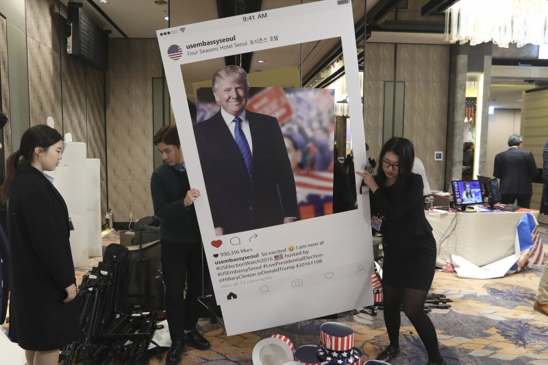 2016美國總統大選出爐,川普被合成在Instagram的看板上。(資料照,美聯社)