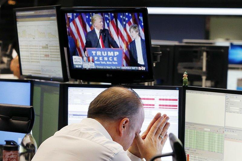 國安基金執行秘書蘇建榮表示,川普當選是政治事件,非經濟情況惡化,國際股市走向未明,因此決議暫不進場護盤。(資料照,美聯社)