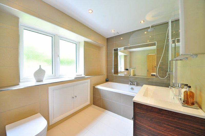 衛浴容易髒亂、發霉、滋生細菌,都和沒定期打掃有關。例如沐浴乳,會令磁磚溝縫發霉...(圖/midascode@pixabay)