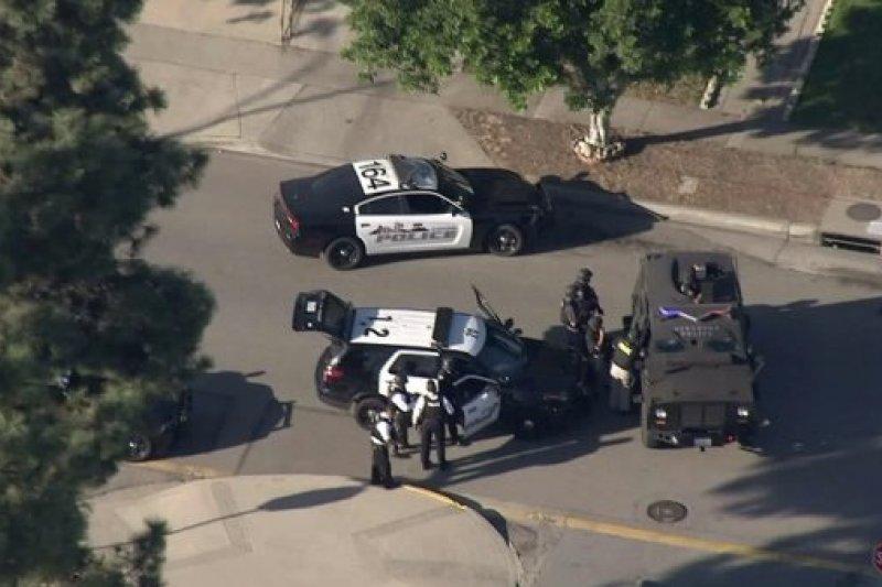 加州8日下午驚傳槍擊案,警方緊急關閉附近的投票所。(翻攝推特)