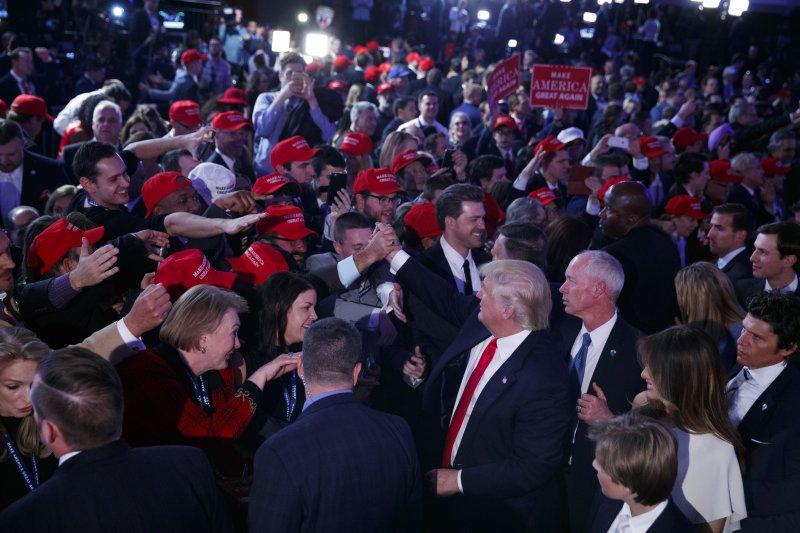 川普發表勝選演說前,向支持者揮手致意。(美聯社)