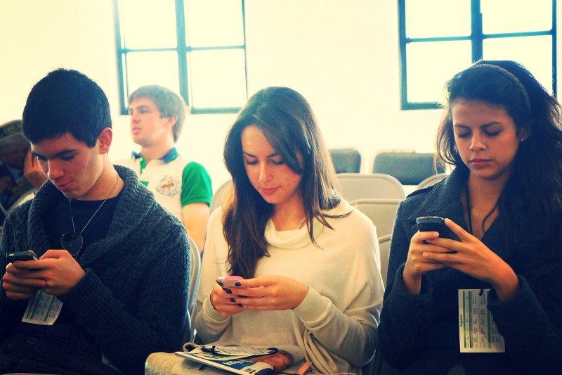 學生上課偷玩手機,讓老師十分傷腦筋。(資料照,取自PROEsther Vargas@flickr)