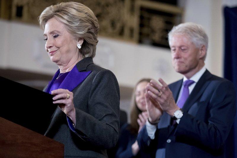 美國總統候選人希拉蕊發表敗選演說,前總統柯林頓陪伴出席(AP)