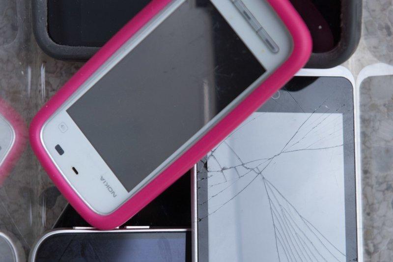 手機在開始製造時就大量消耗貴重金屬與稀土元素等天然資源,不僅衝擊環境,更衍生出資源不當回收,以及開採礦產的人權問題等。(綠色和平提供)