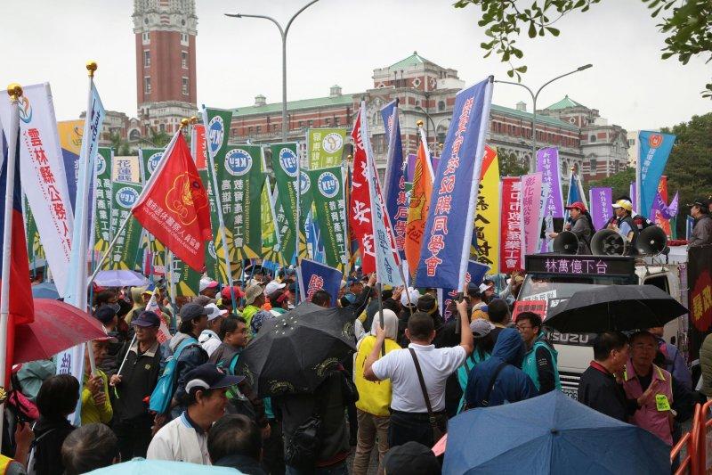 2016-11-10-軍公教團體-國發會門口抗議年金改革-顏麟宇攝